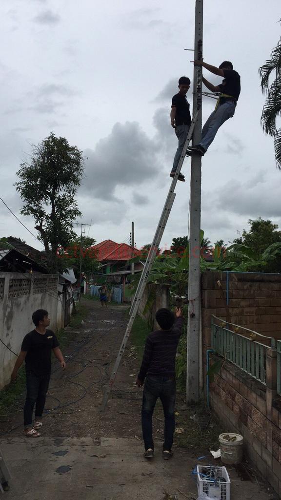 ทีมงานช่าไฟฟ้า เปลี่ยนเสาไฟฟ้า 8เมตรเข้าหมู่บ้านหัก เอียงจะล้ม ต้องรีบแก้ไข ที่ แม่ออน เชียงใหม่